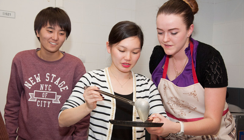 Japanese school students learned to prepare traditional Russian pancakes in FEFU